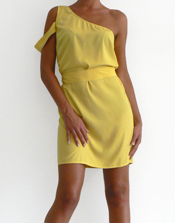 robe courte jaune, one shoulder en location